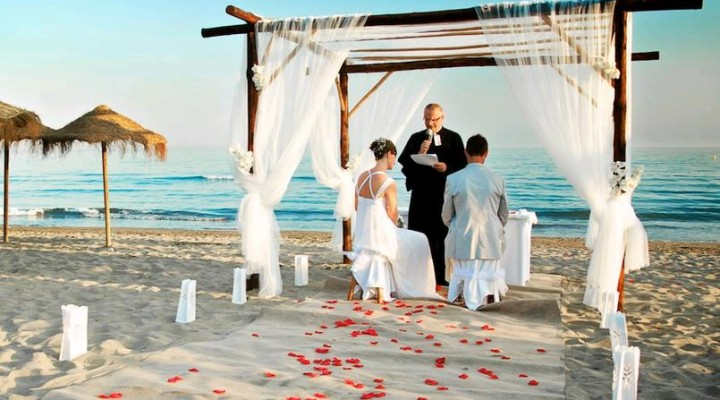 Matrimonio Spiaggia Outfit Uomo : Un matrimonio sulla spiaggia che abito da sposa richiede
