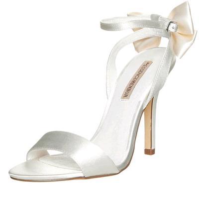 a8d55f148f2ed Un romantico fiocco in satin per i sandali da sposa Menbur