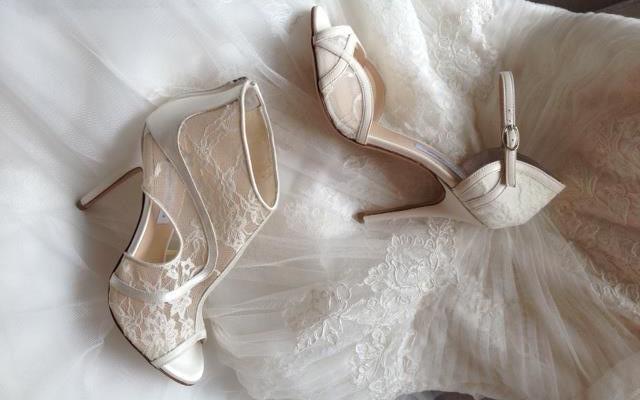 40d6f28cdc6b9 Pizzo e vintage per le scarpe da sposa Monique Lhuillier