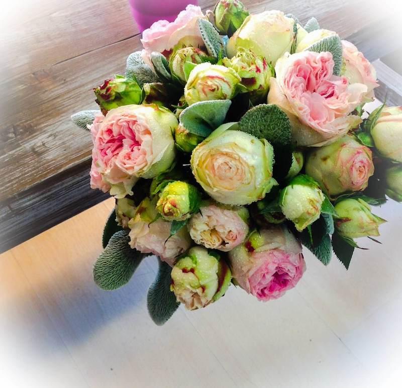 bouquet rotondo con fiori piccoli
