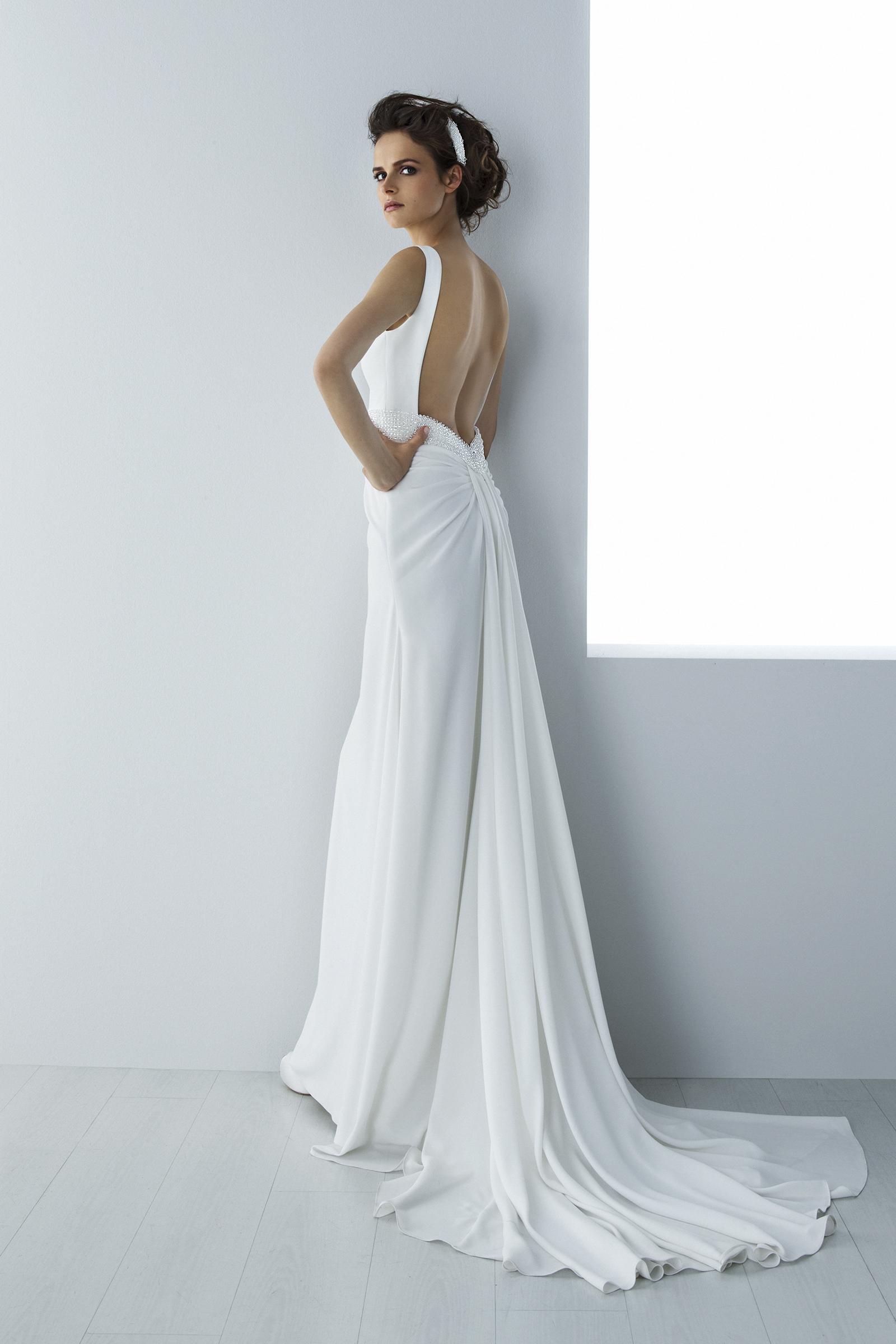 b61c383534b4 Seduzione tutta al femminile per l'abito da sposa scivolato e spacco ...