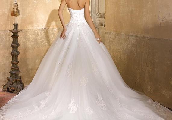 Gli abiti da principessa o ball gown   un must have intramontabile anche  per la moda bridal 2016 f1e2bc96faf9